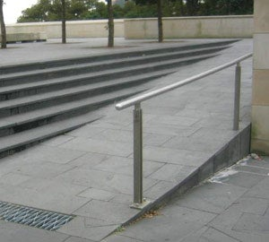 No kerb or kerb rail on ramp